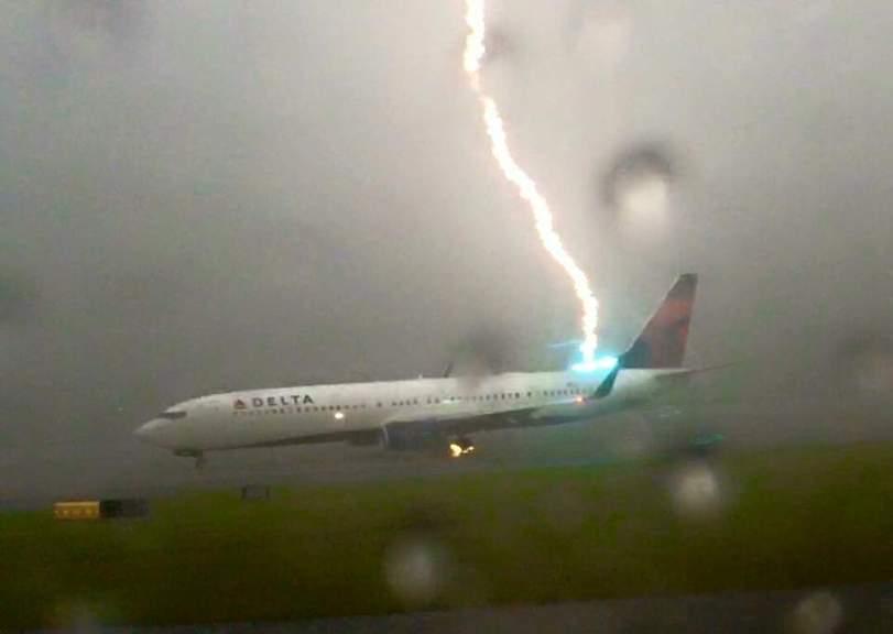 Что происходит, когда молния попадает в самолет?