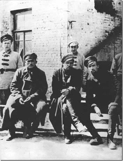 В ожидании суда. Пепеляев (в центре) и его подчиненные в плену.