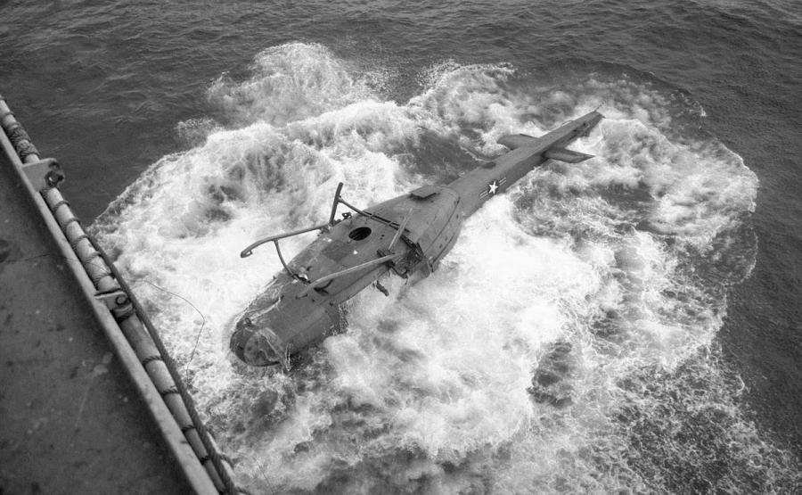 Операция «Порывистый ветер»: Почему американцы сбрасывают вертолеты за борт?