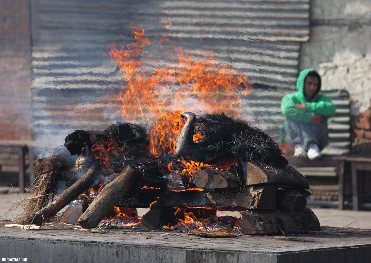http://infoglaz.ru/wp-content/uploads/2013/03/Pashupatinath_Temple_Cremation.jpg