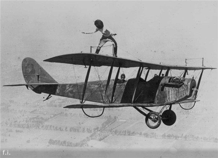 29 марта 1924 года. Глэдис Рой прогуливается по крыльям биплана Curtiss JN-4 »Дженни» над Лос-Анджелесом с завязанными глазами.
