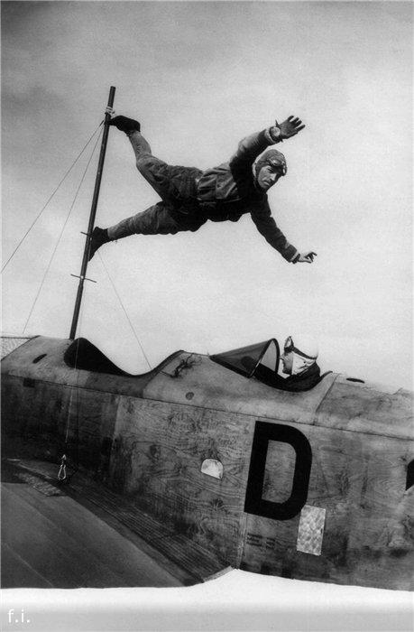 1927 год. Ричард Шиндлер показывает трюк на самолете, пилотируемом Ричардом Перлиа.