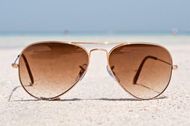 Кто делает все солнцезащитные очки в мире