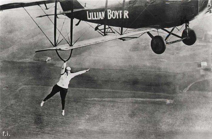 1922 год. Известный вингволкер Лилиан Бойер под крылом биплана.
