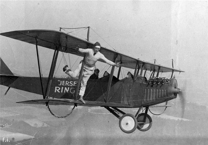 1920 год. Вингволкер стоит на одной ноге на биплане Curtiss во время полета над Нью-Джерси