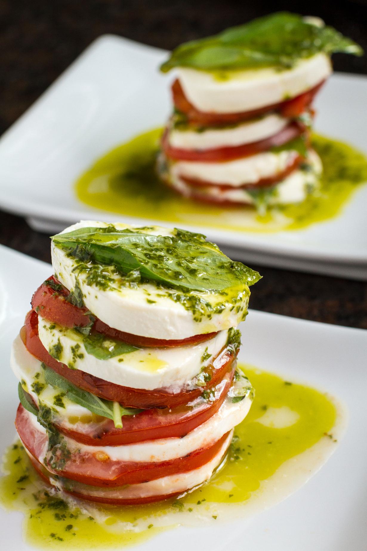 Капрезе — салат на основе томатов, сыра моццарелла, оливкового масла и свежих листьев базилика. Подаётся в виде закуски. (Mike)