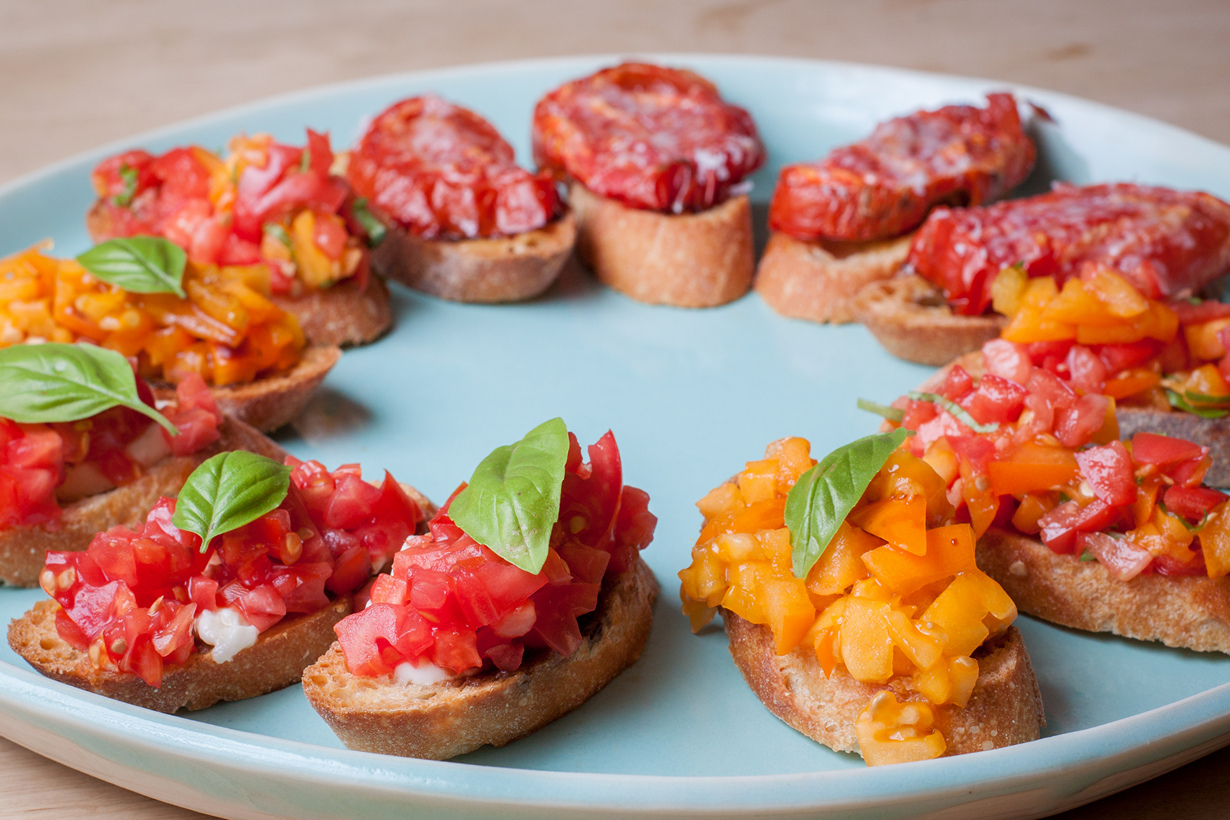 Брускетта — закуска в виде гренок с овощами/прошутто/сыром. (Tim Sackton)