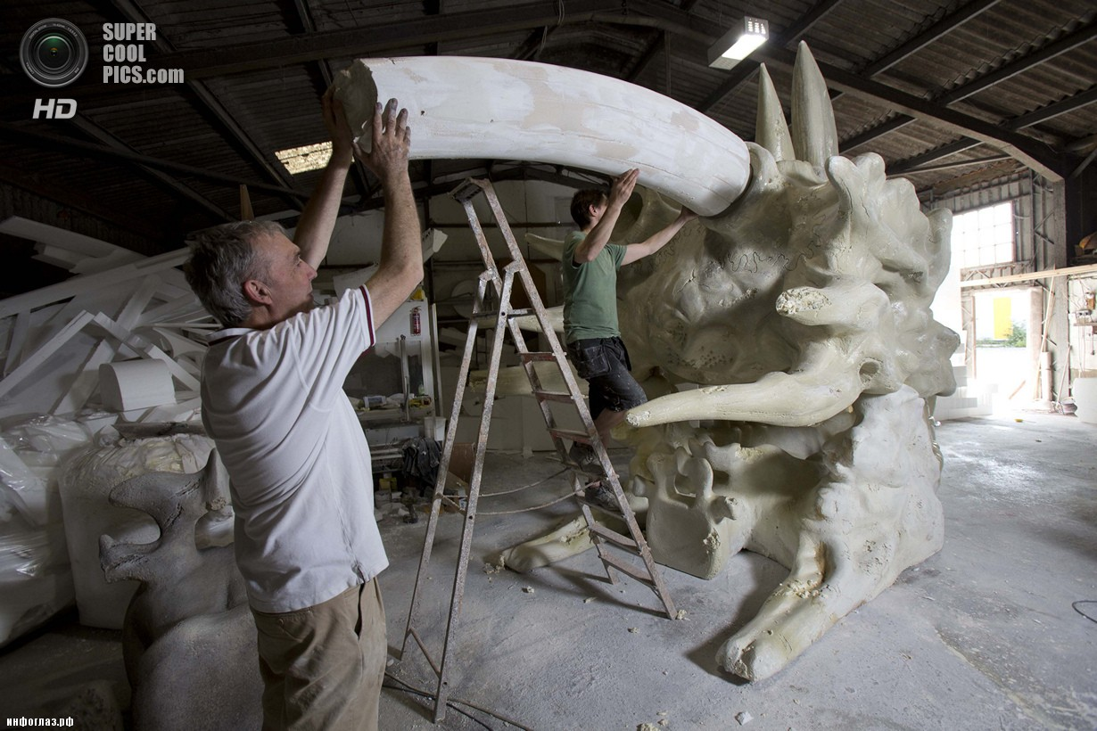 Создание скульптуры в мастерской Дэйва Крессвелла. (TIM ANDERSON/blinkbox)