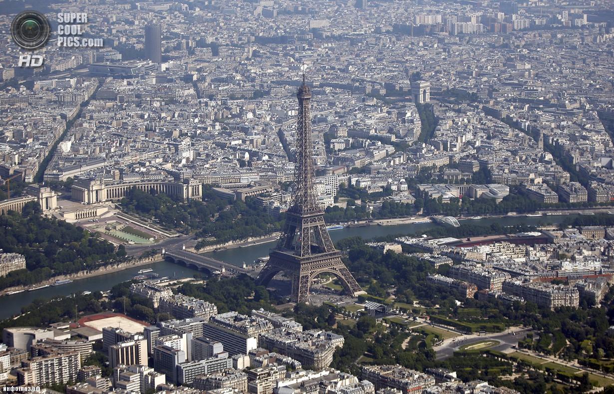 Франция. Париж. 14 июля. Эйфелева башня и река Сена. (REUTERS/Charles Platiau)