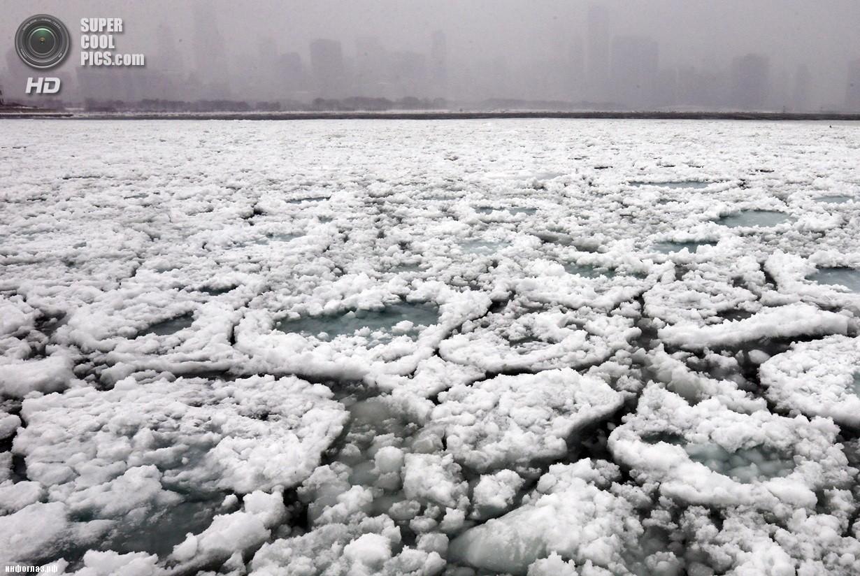 США. Чикаго, Иллинойс. 5 января. Озеро Мичиган. Последствия рекордных морозов. (AP Photo/Nam Y. Huh)